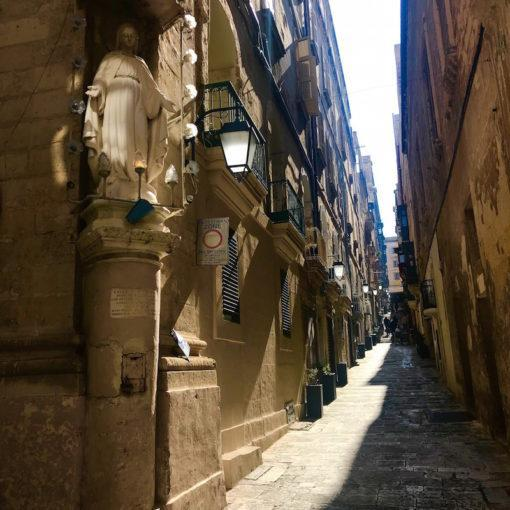 valletta-malta-alleys-travel-hidden-gems-things-to-do-walking-tour-history-friends-couples-groups-activities